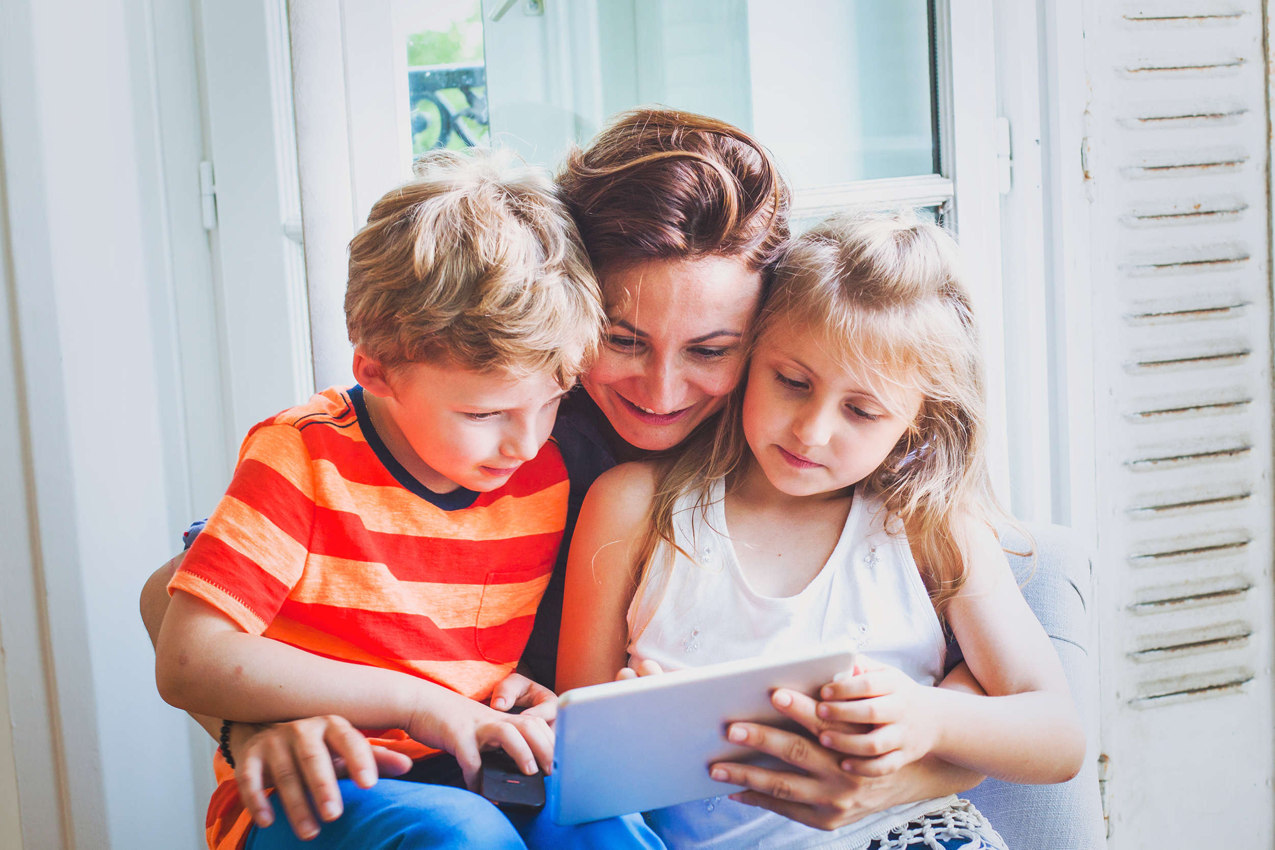FTH001_Mother_2_children_tablet